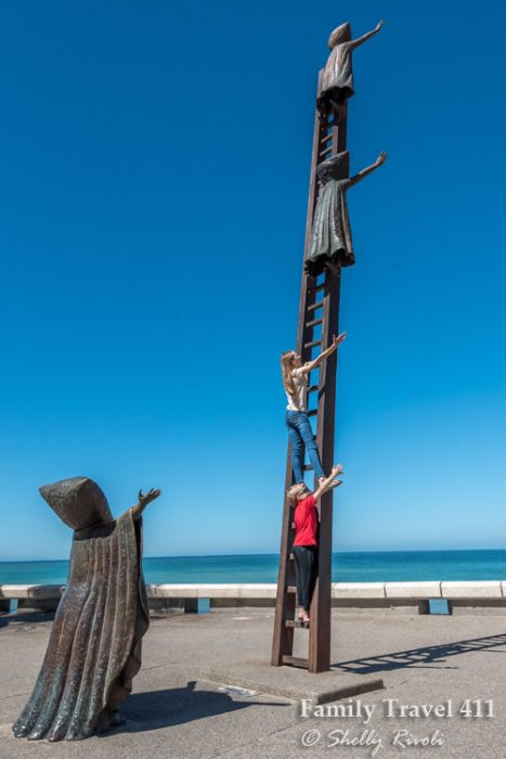 Who says that kids and art don't mix? Nobody on the malecon...